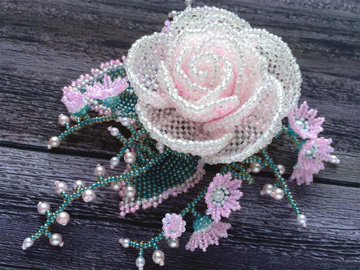 薔薇と小花のゴージャスビーズコサージュ
