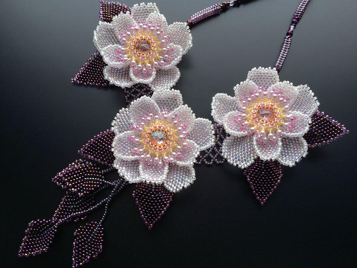 満開の八重桜のボリュームネックレス