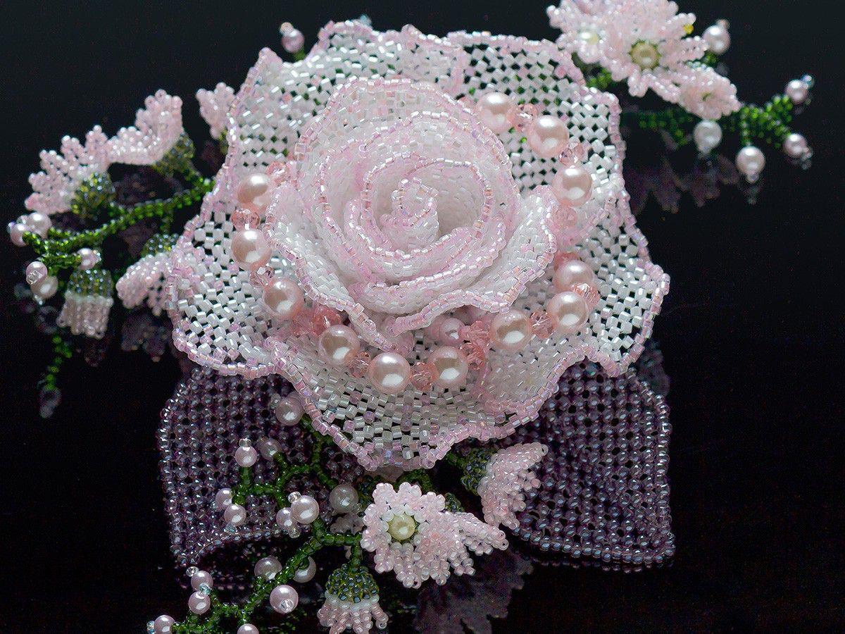 キラキラ桜色の華やか薔薇ビーズコサージュ