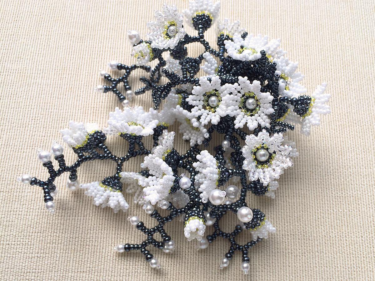 ジャラジャラお花畑のビーズブローチ