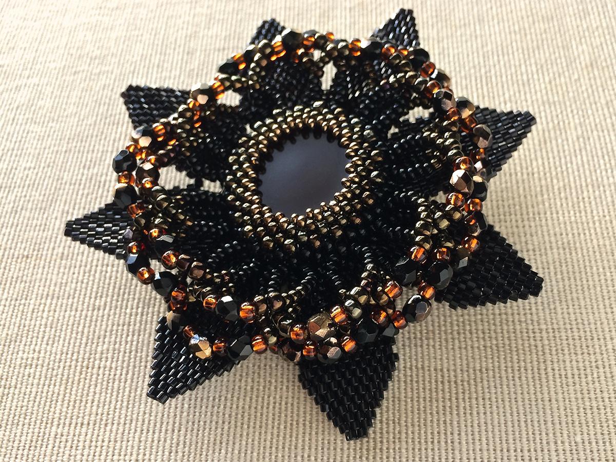 ブラックの花形ビーズブローチ