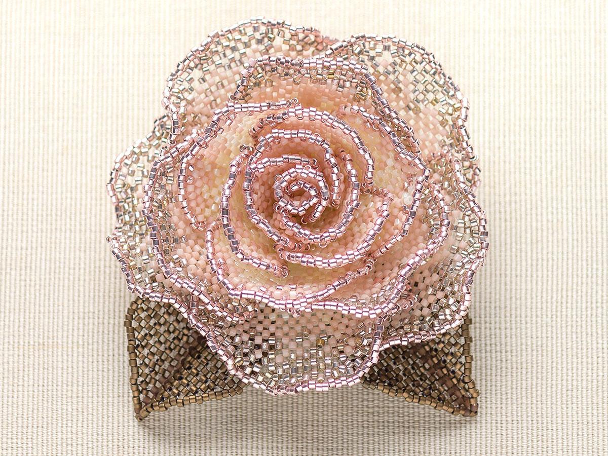 キラキラ淡ピンクの薔薇ビーズコサージュ