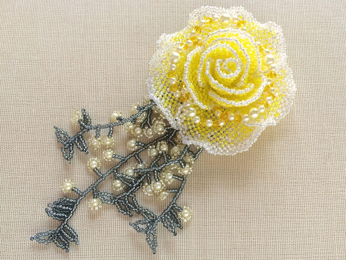 黄色い薔薇のじゃらじゃらビーズコサージュ