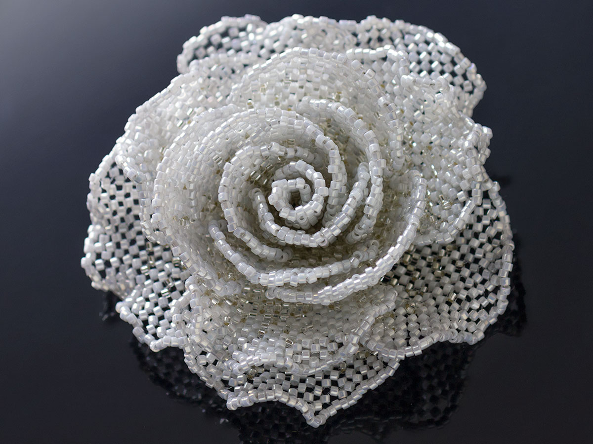 ホワイトグレーのキラキラ薔薇ビーズコサージュ