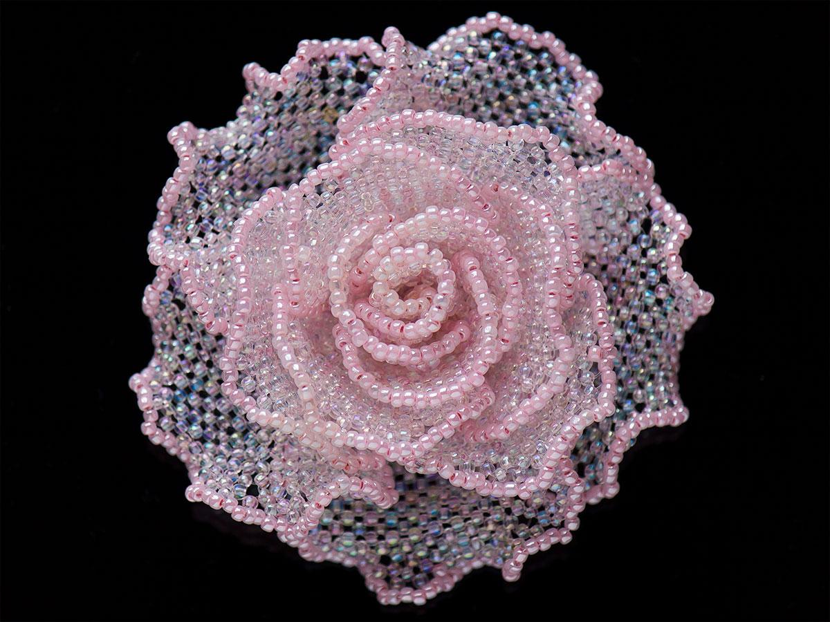 ピンクのひらひら薔薇ビーズコサージュ