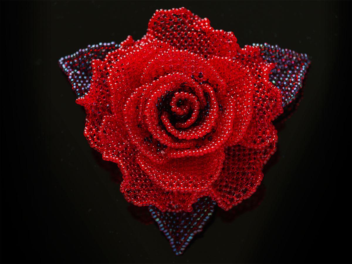 赤い薔薇のビーズコサージュ