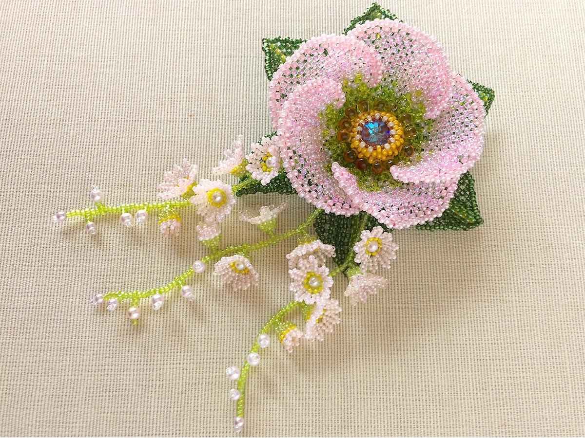 ピンクのお花のボリュームビーズコサージュ