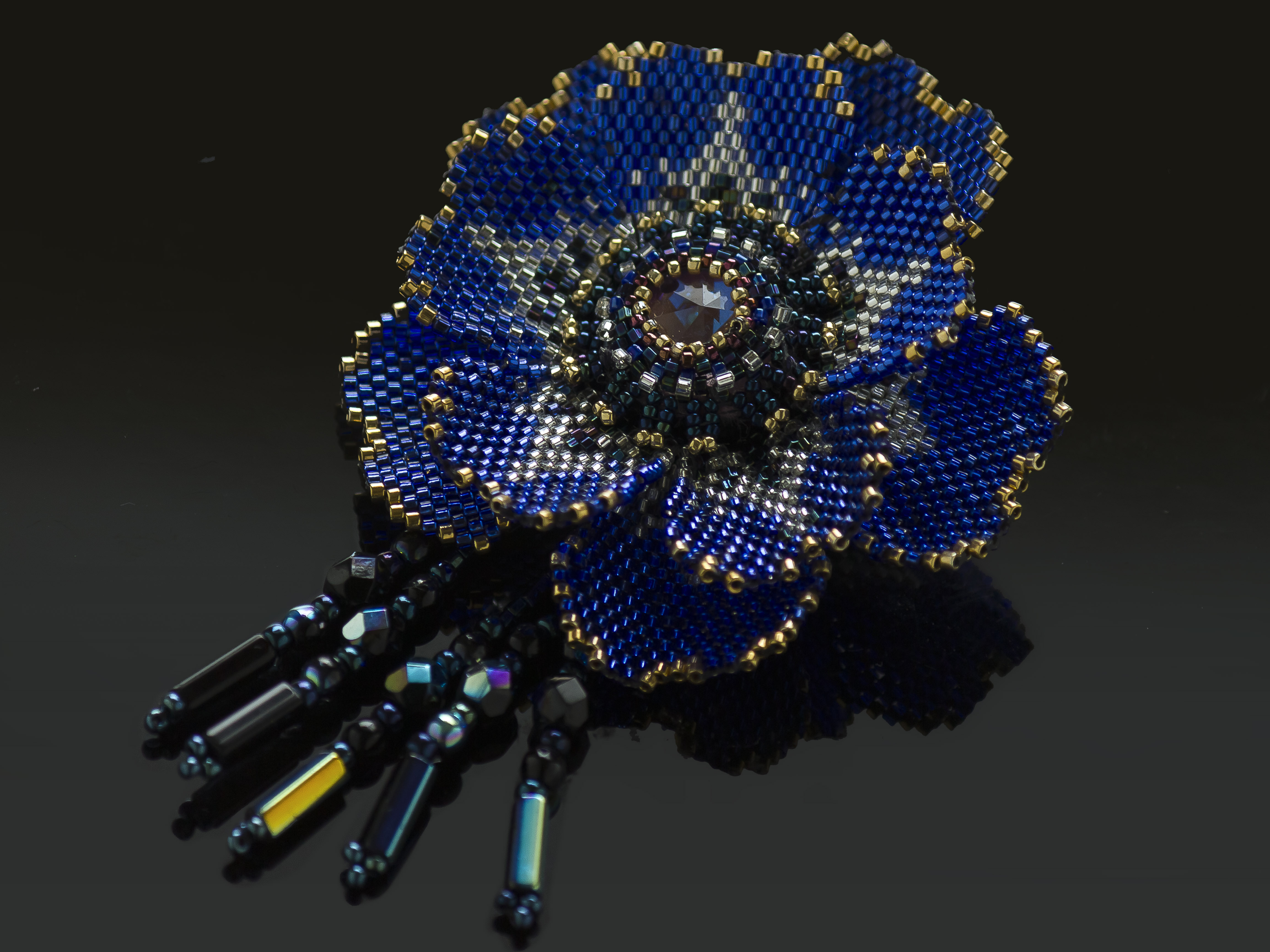 ブルーのキラキラエキゾチックビーズコサージュ