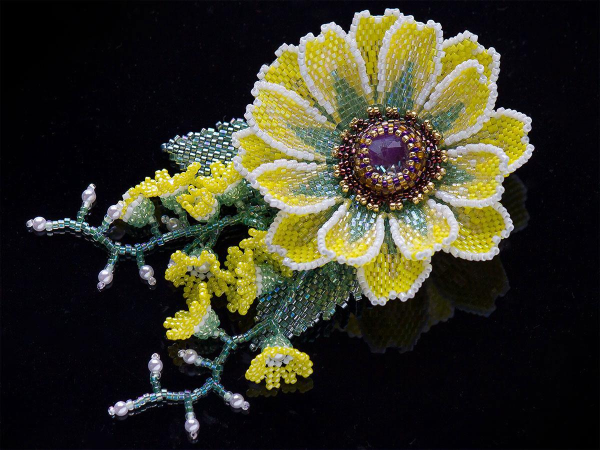 マーガレットと小花のキラキラビーズコサージュ