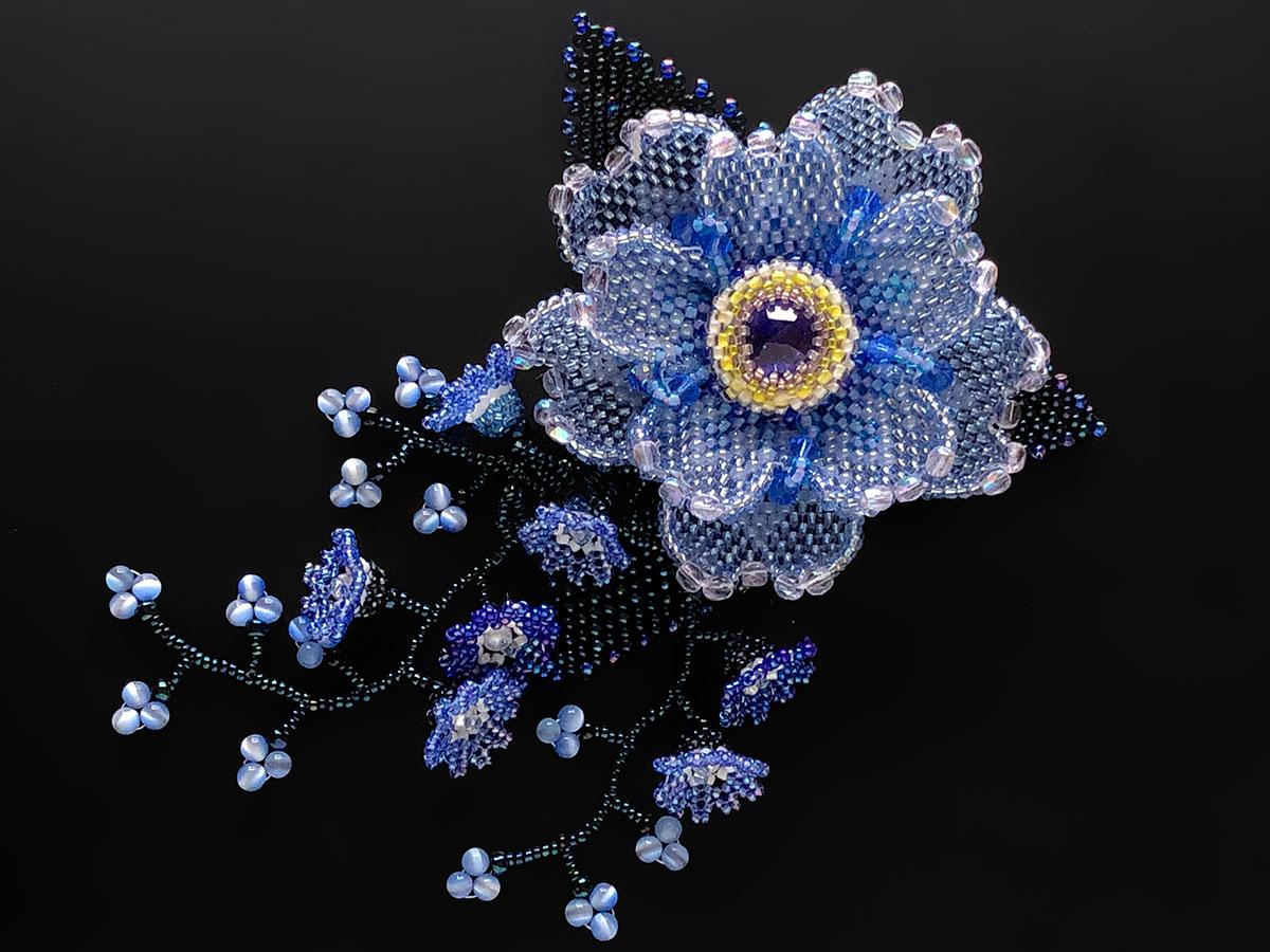 キラキラクリアブルーのお花ビーズコサージュ