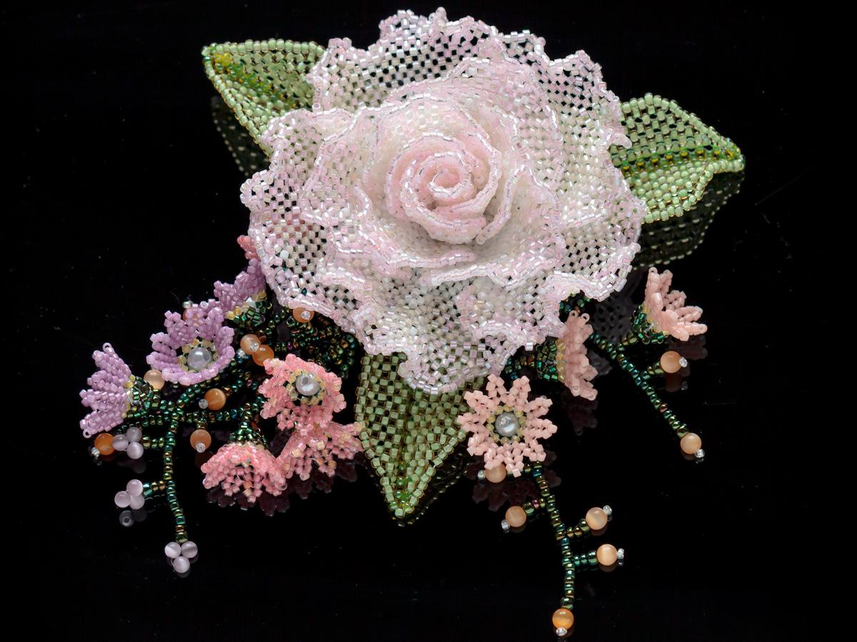 淡いピンクの薔薇と小花のキラキラビーズコサージュ