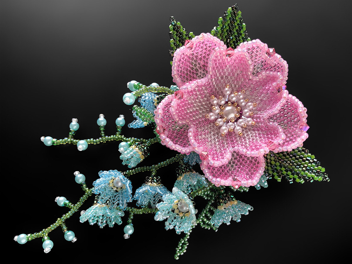 ピンクのお花とブルーの小花のビーズコサージュ