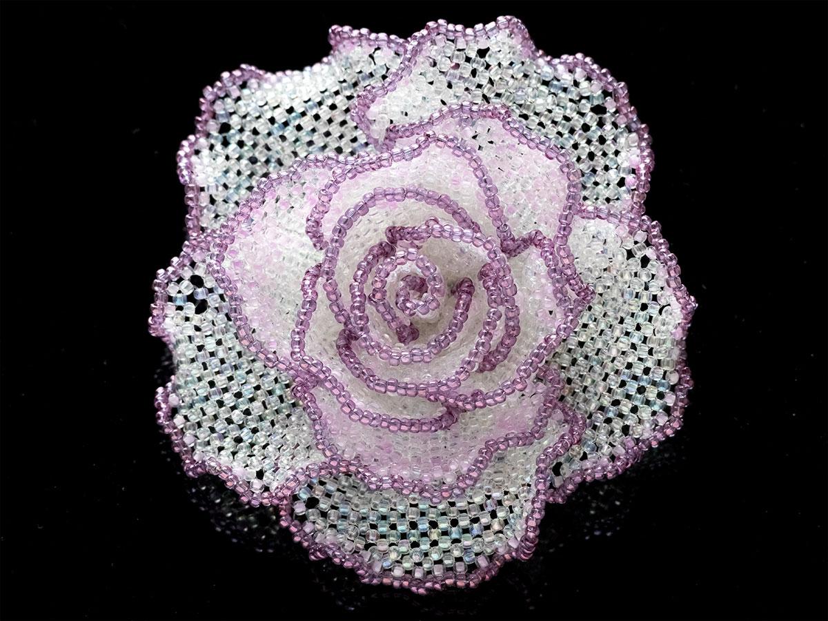 パープル・クリアホワイトの薔薇ビーズコサージュ
