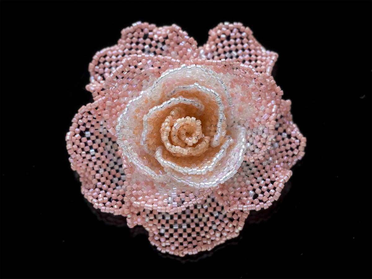 コーラルピンクの薔薇ビーズブローチ