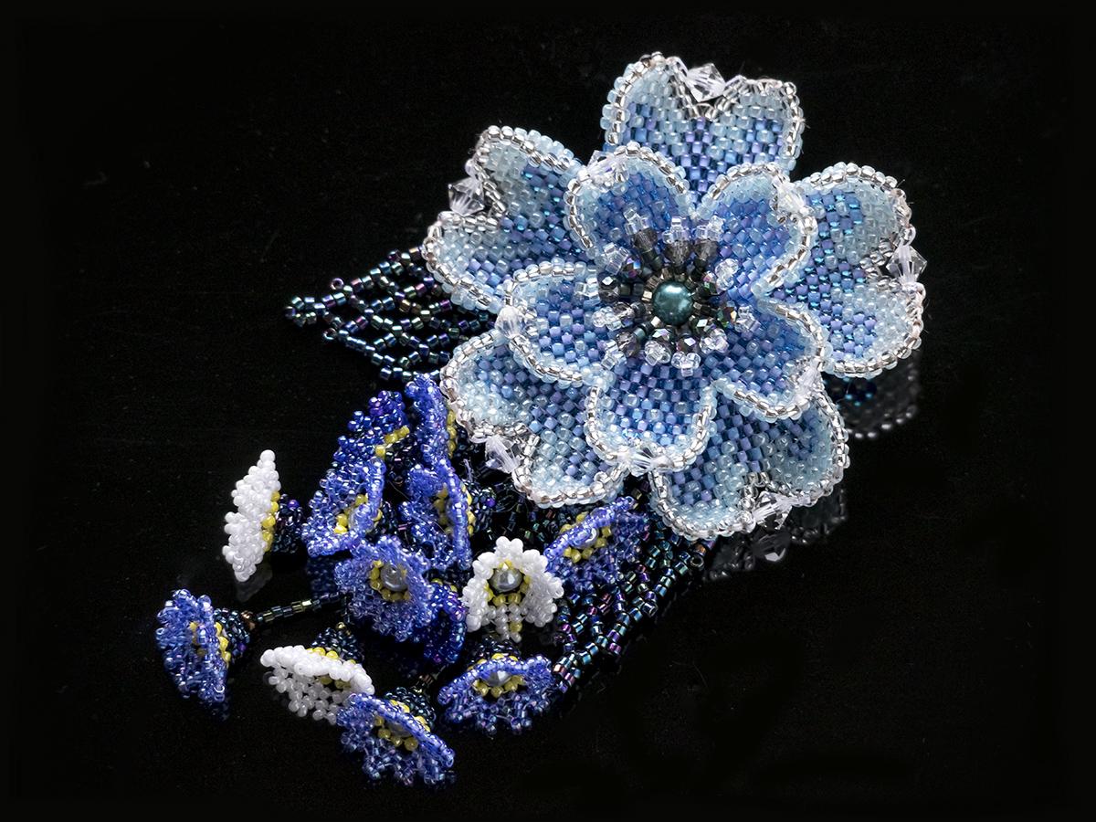 ブルーのお花のキラキラビーズブローチ