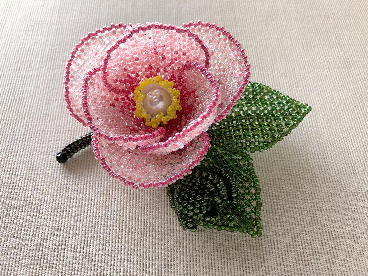 ピンクの椿のキラキラビーズコサージュ