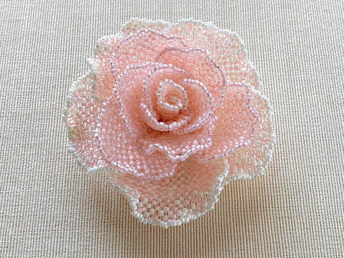 淡いピンクの薔薇ビーズコサージュ
