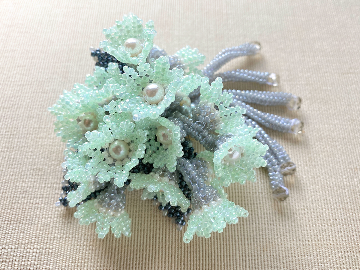 アイスグリーンの小花のブーケ風ビーズブローチ