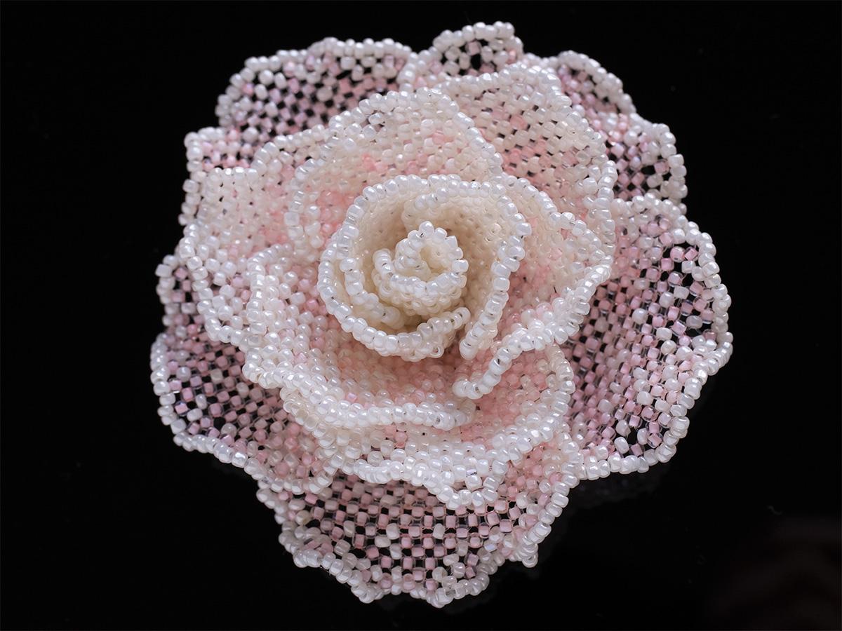 オフホワイト・淡いピンクの薔薇ビーズコサージュ