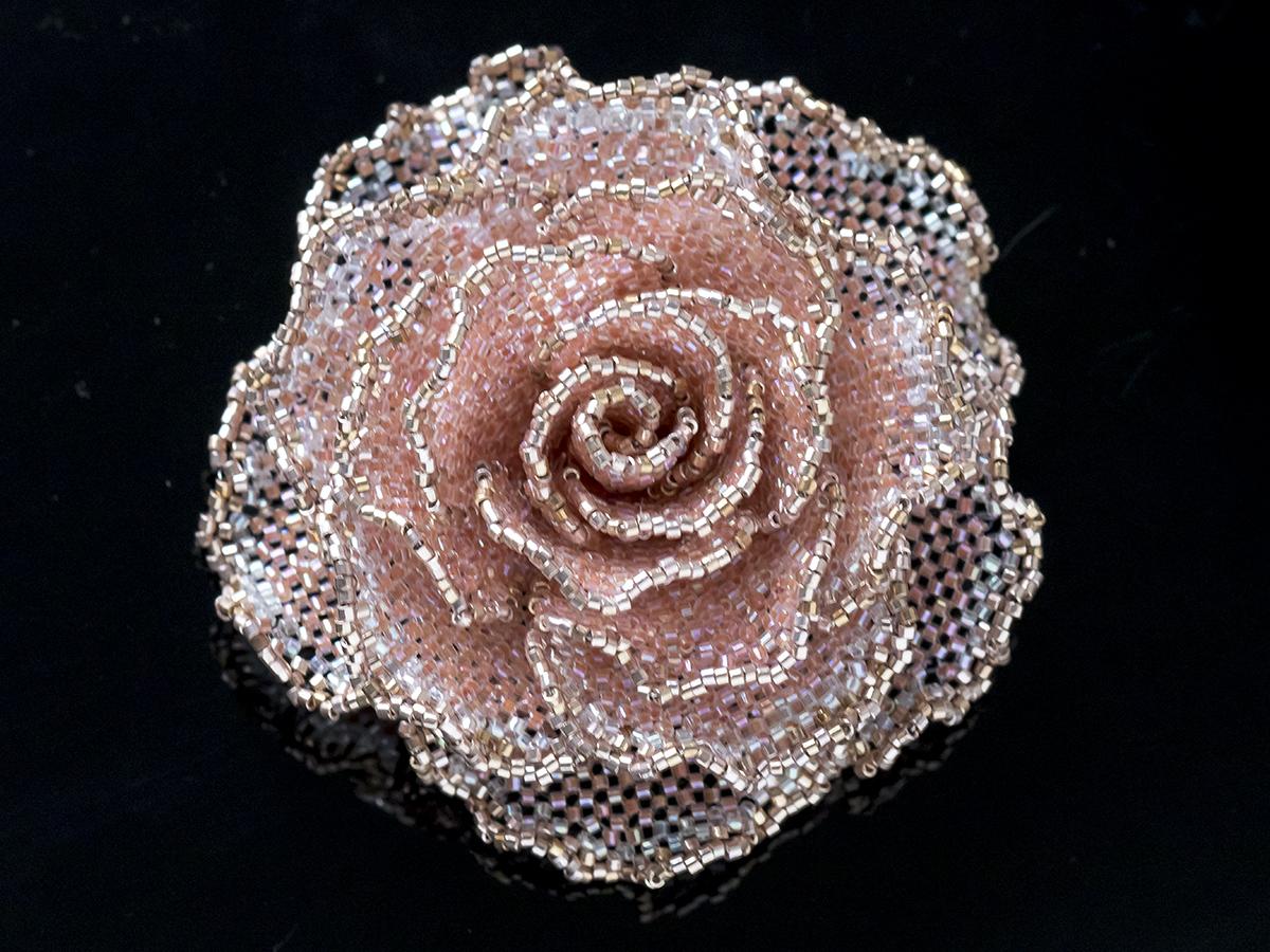 コーラルピンクのキラキラ薔薇ビーズコサージュ