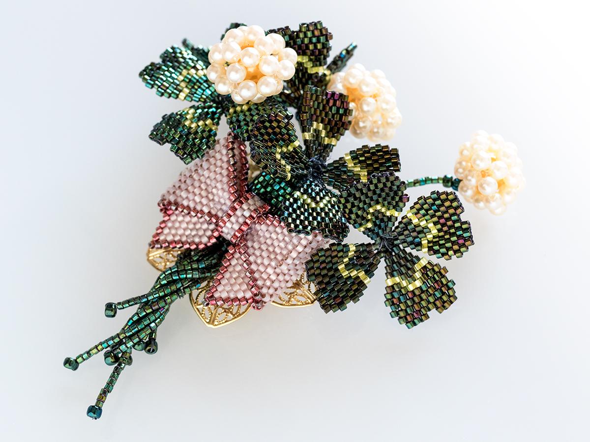 キラキラ四つ葉のクローバーブローチ