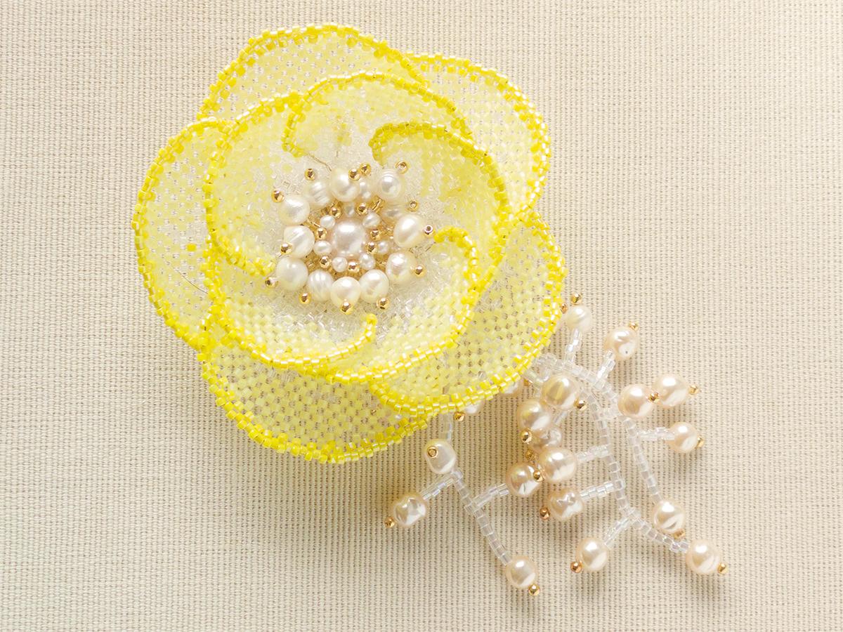 黄色いお花のビーズコサージュ