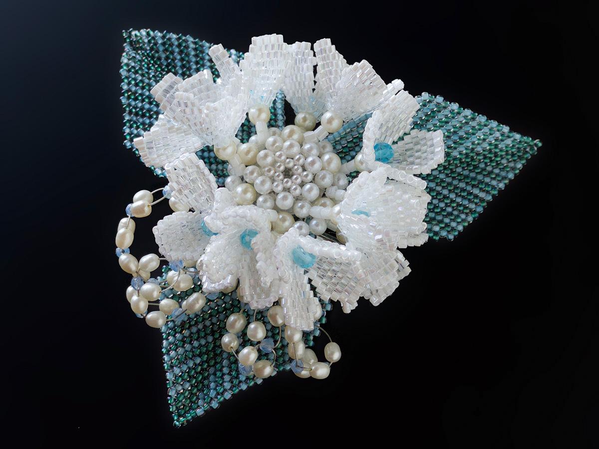 白い額紫陽花のキラキラビーズコサージュ