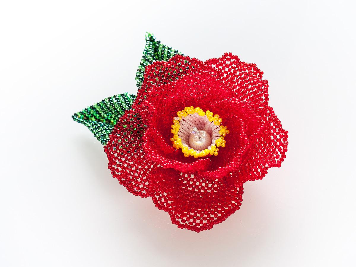 赤い椿のビーズコサージュ