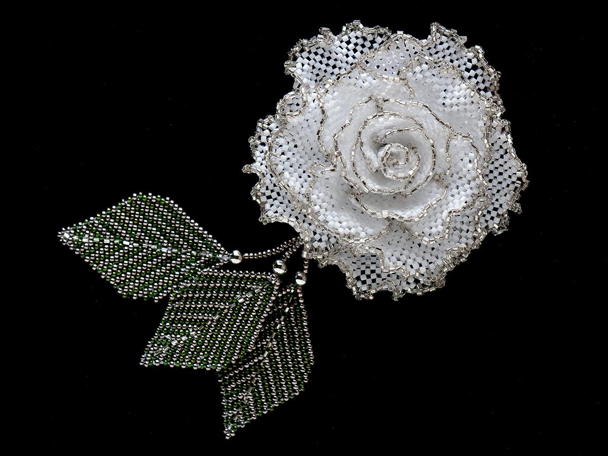 白薔薇のキラキラビーズコサージュ