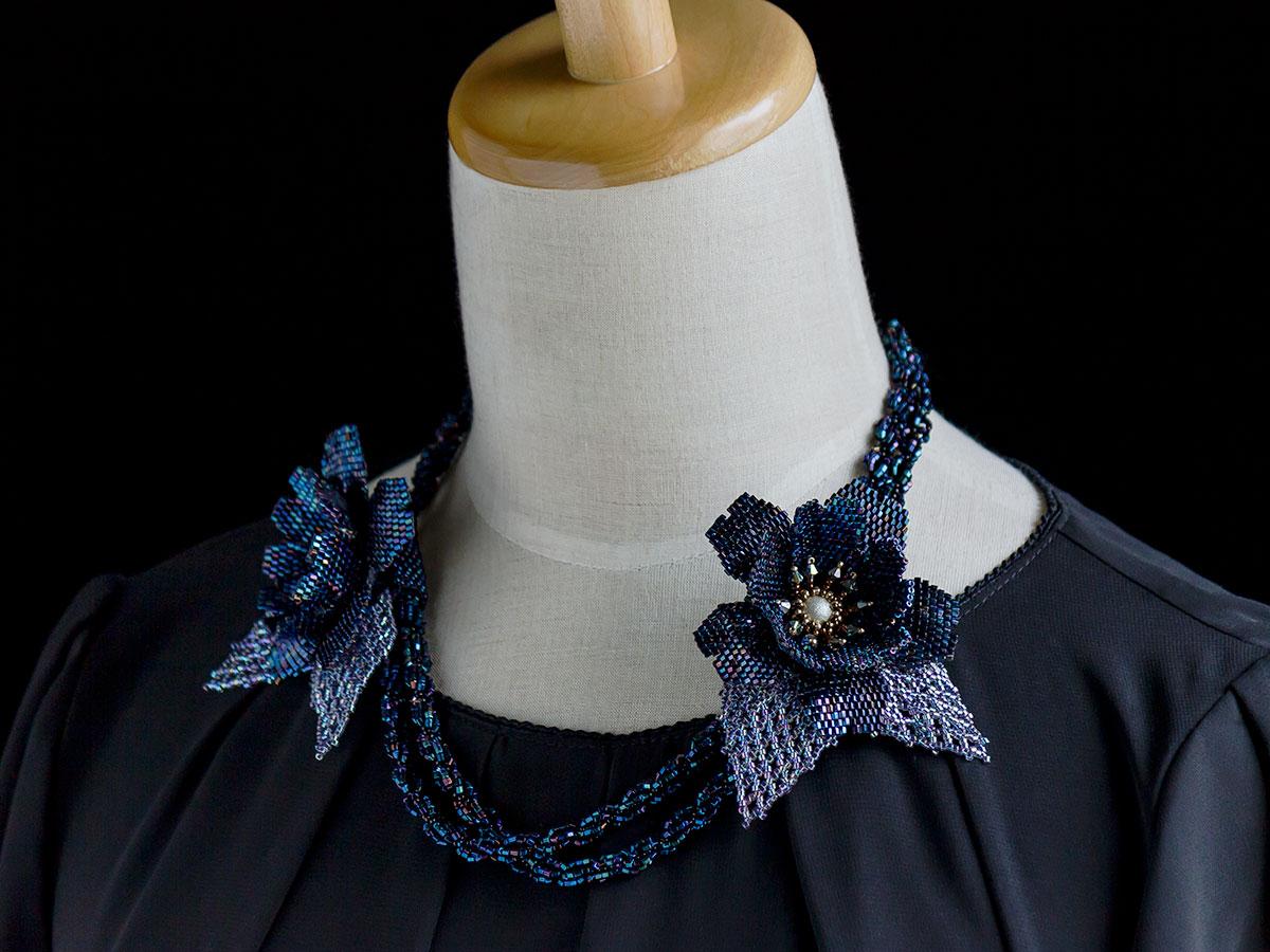 ネイビーブルーのお花付きビーズネックレス