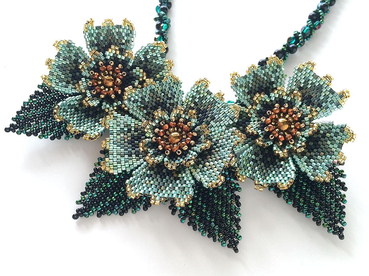 キラキラビーズのお花3輪ネックレス