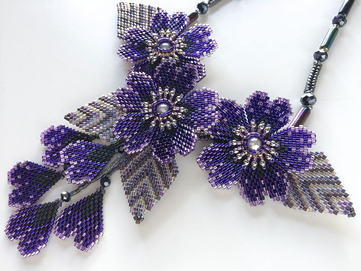 ブルーバイオレットのキラキラお花ビーズネックレス