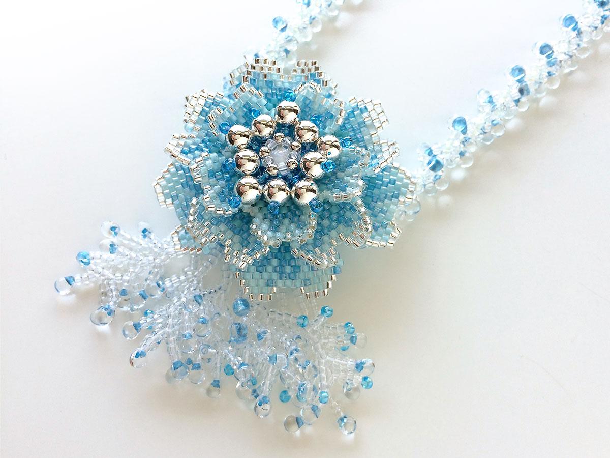 ブルーのお花付きビーズネックレス