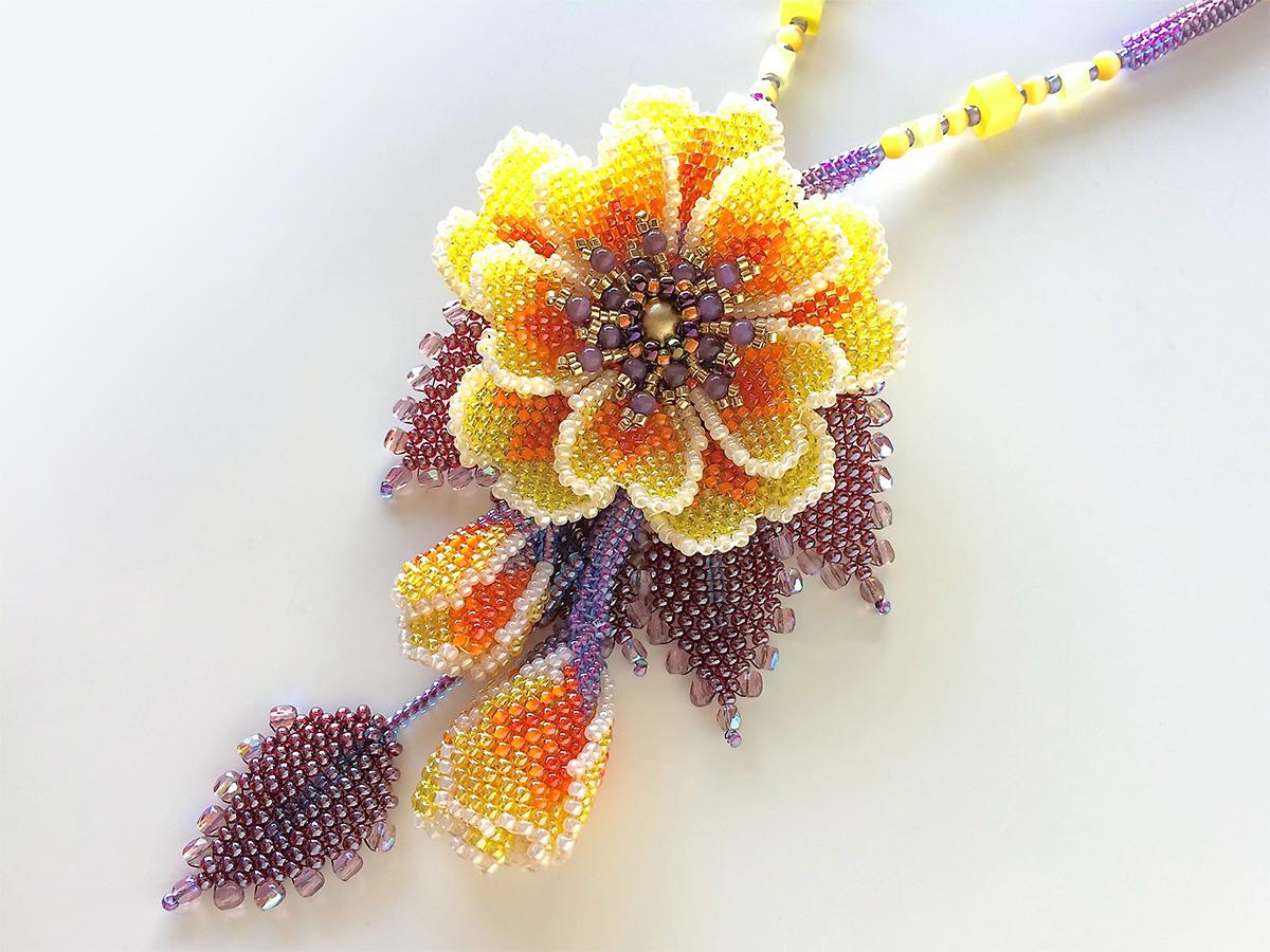 カラフルなお花のビーズネックレス