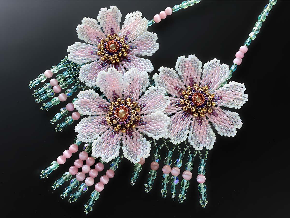 淡いピンクのコスモスビーズネックレス
