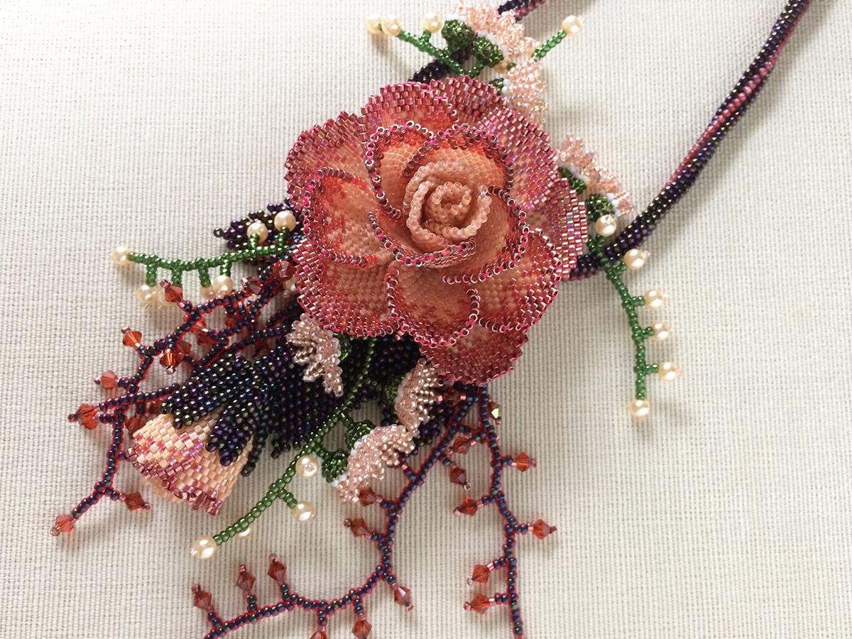 薔薇と小花の秋色ビーズネックレス