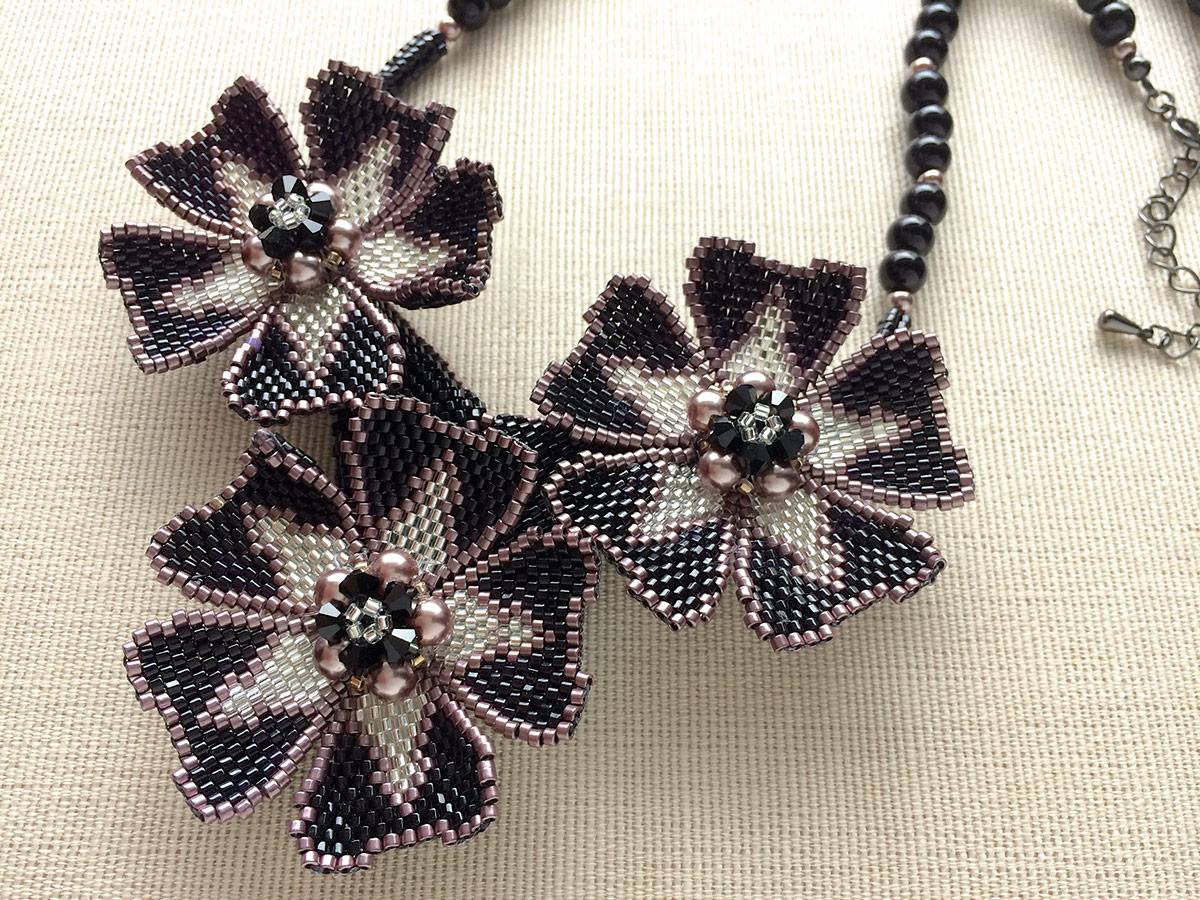 シックなブラックのお花ビーズネックレス