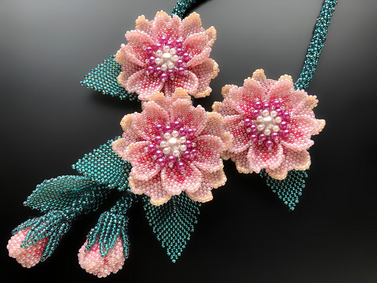 ピンクのお花のボリュームビーズネックレス