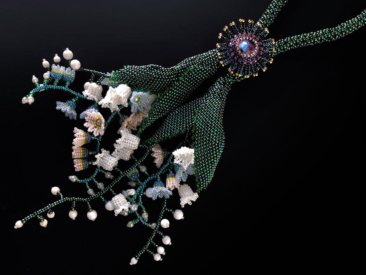 すずらんと小花のボリュームビーズネックレス