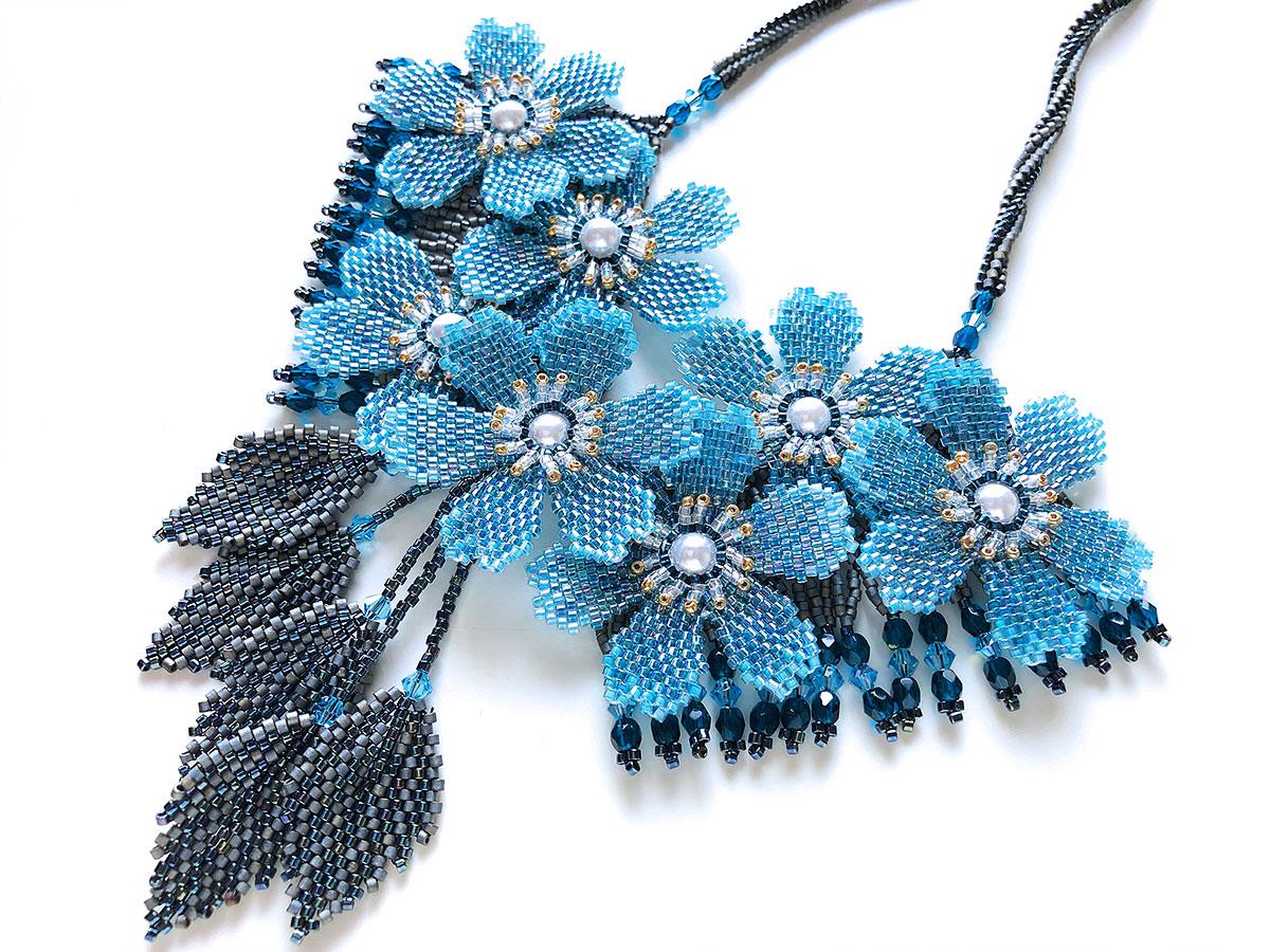 ブルーのお花畑ビーズネックレス