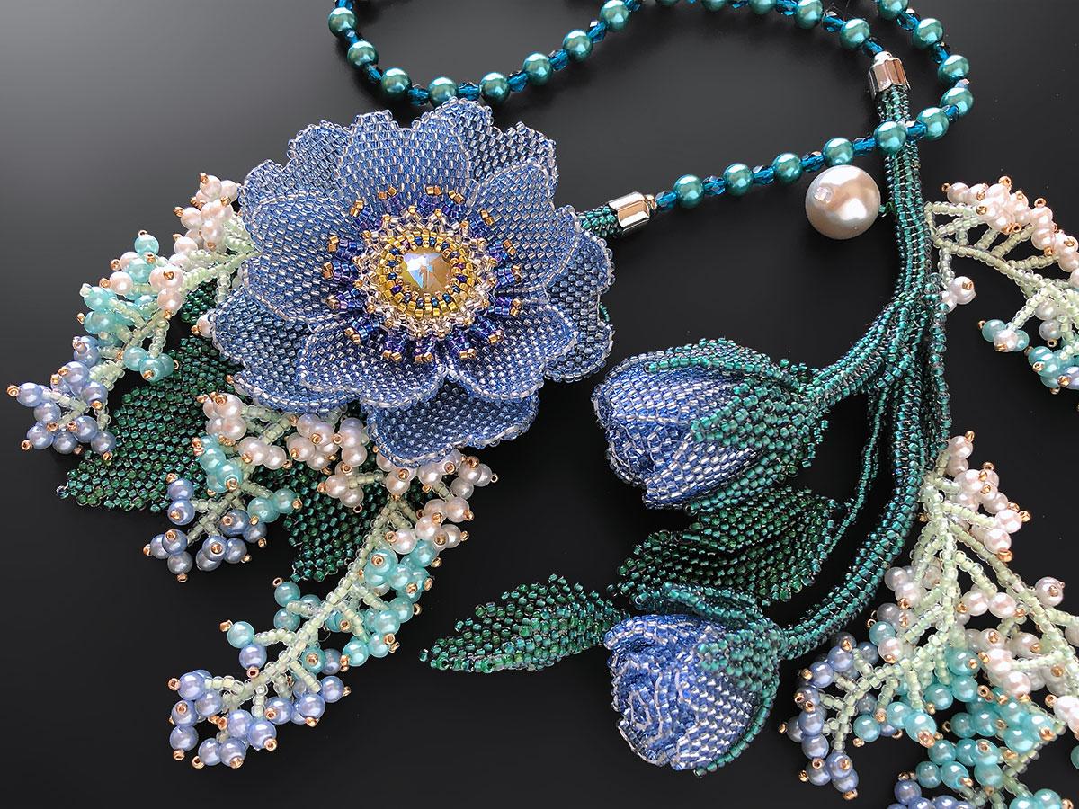 ブルーのお花のロングビーズネックレス