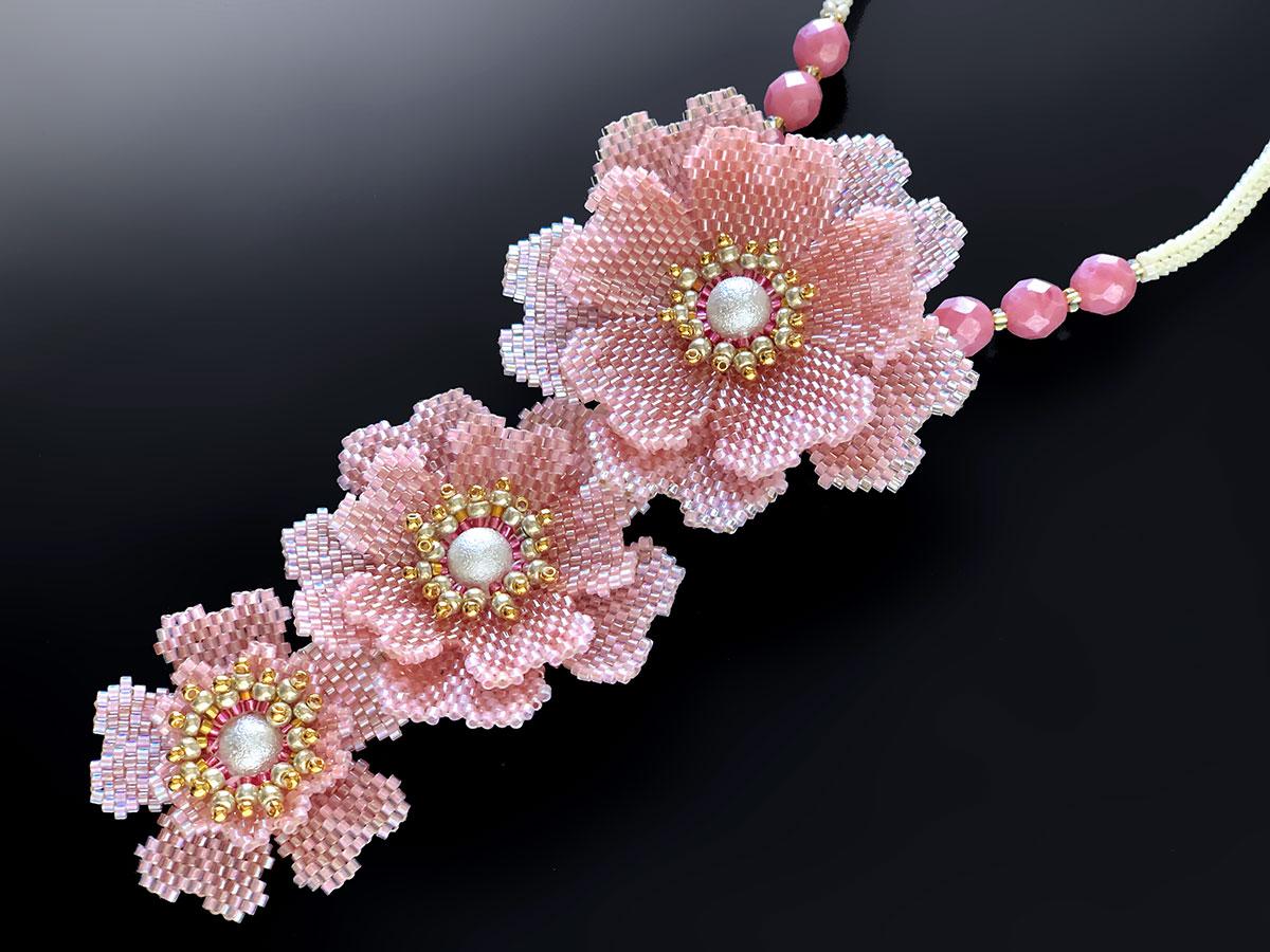 キラキラピンクのお花3輪ビーズネックレス