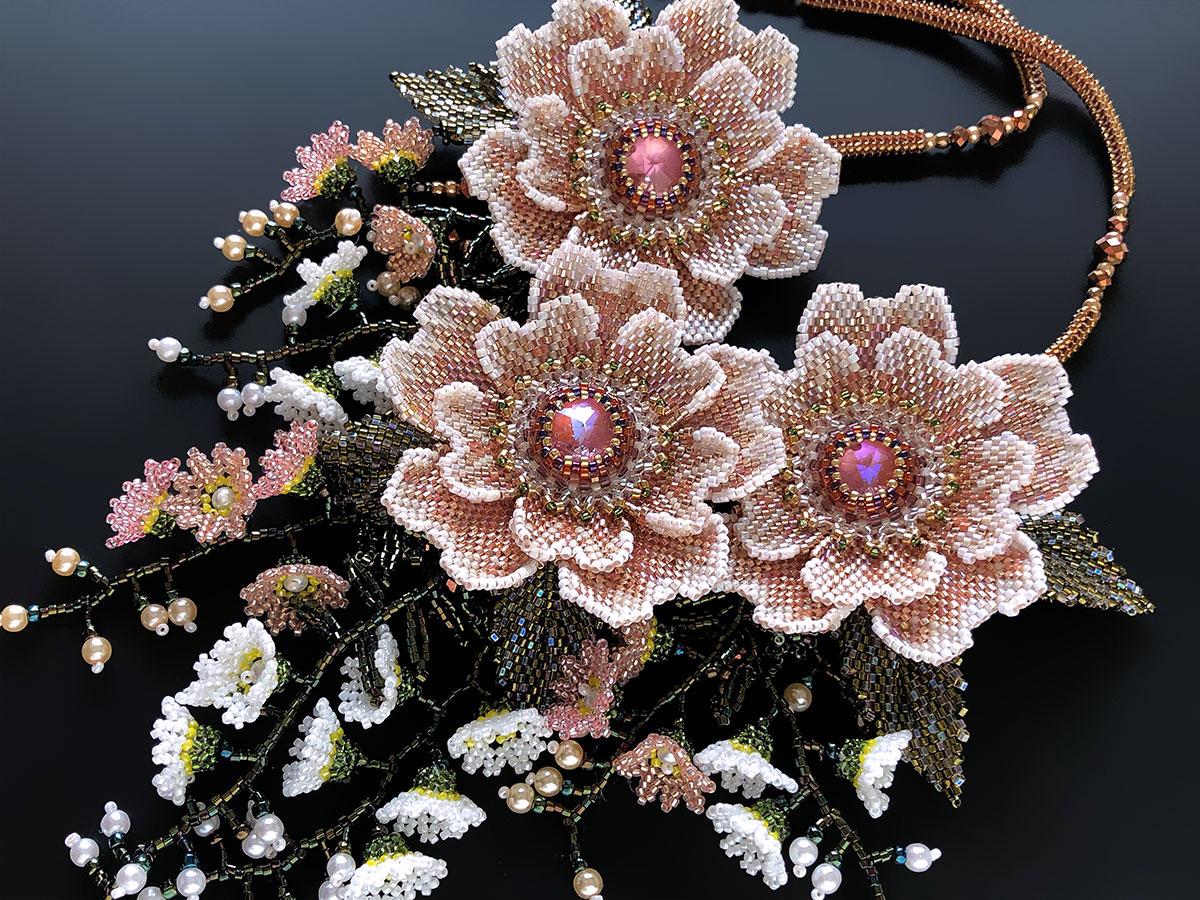 淡いメタリックピンクのお花3輪ビーズネックレス