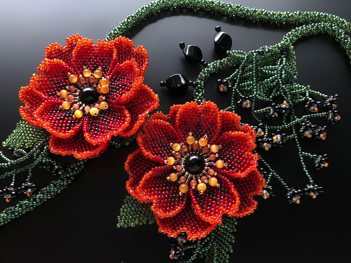 赤いお花のボリュームロングビーズネックレス