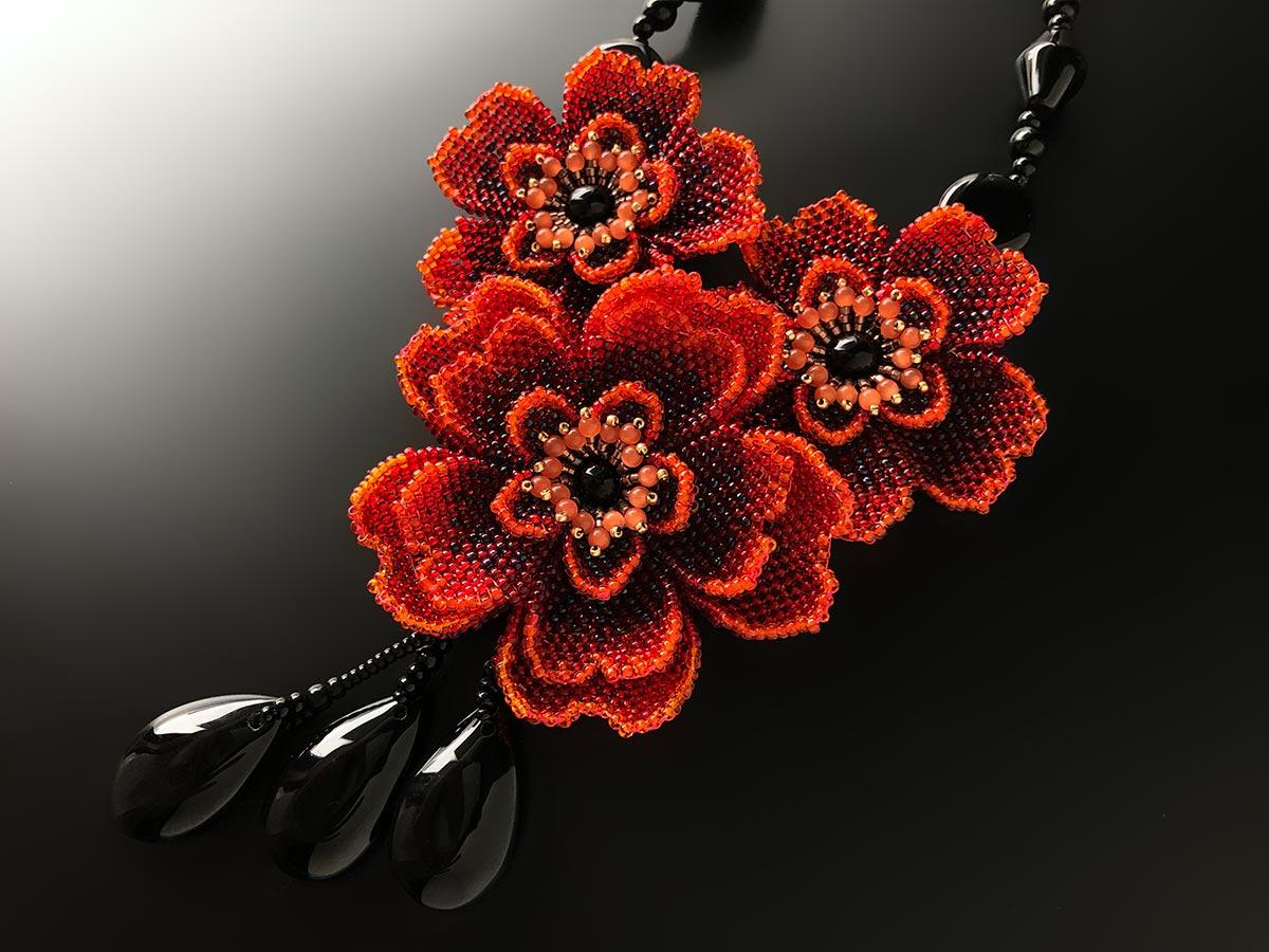 3輪のお花とオニキスのビーズネックレス