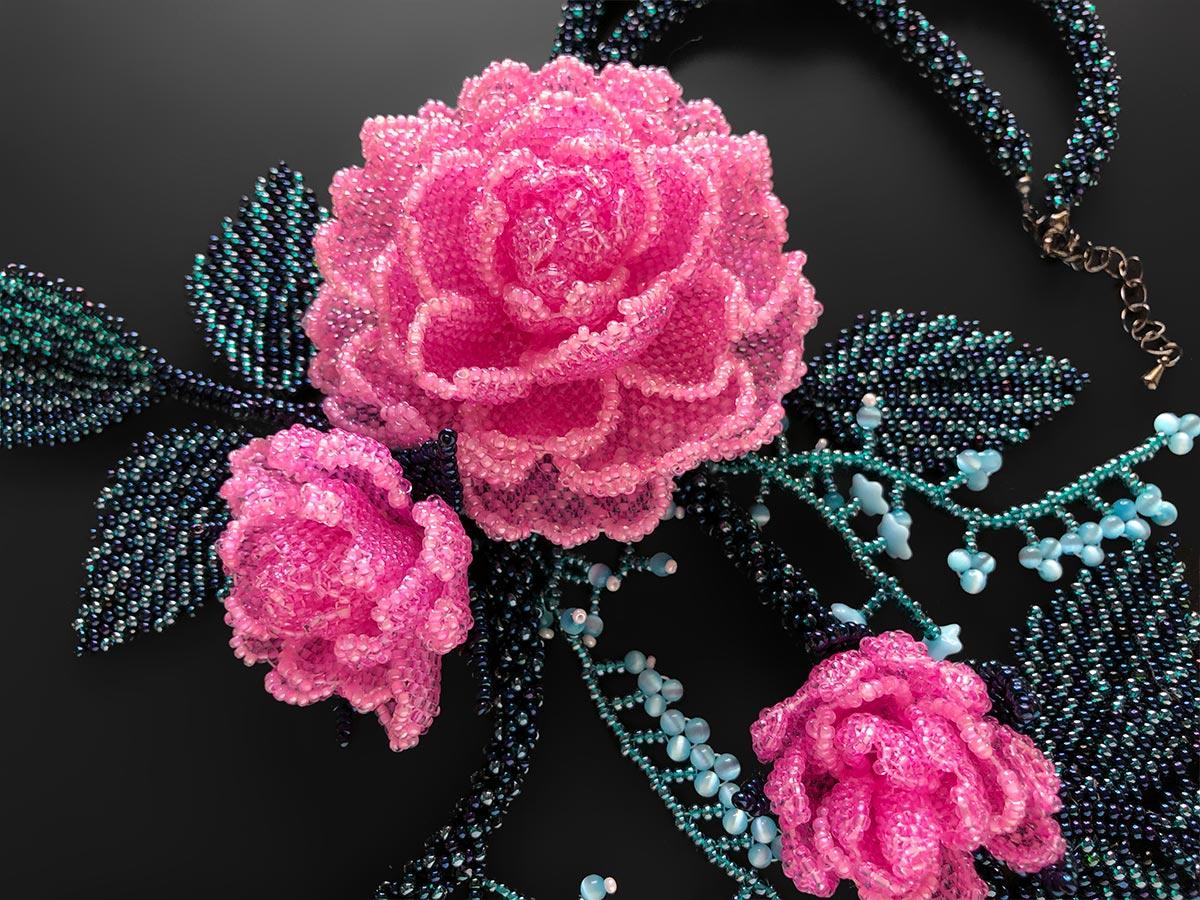 ピンクの薔薇のボリュームビーズネックレス