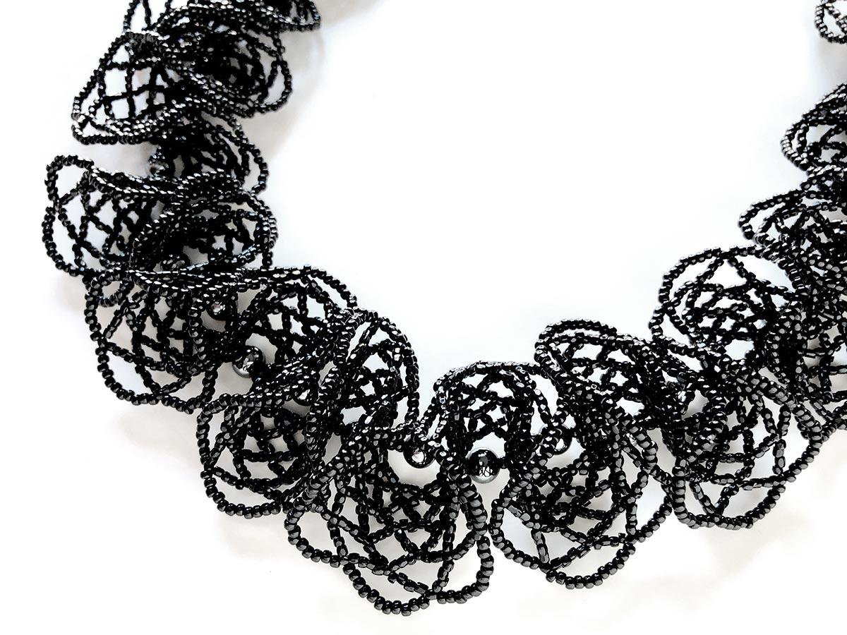 ひらひらブラックのデザインビーズネックレス