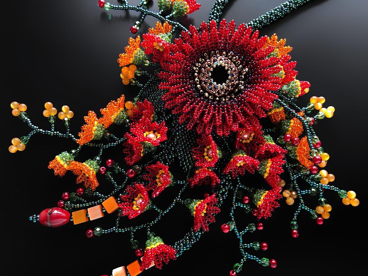 赤いお花と小花の華やかボリュームビーズネックレス