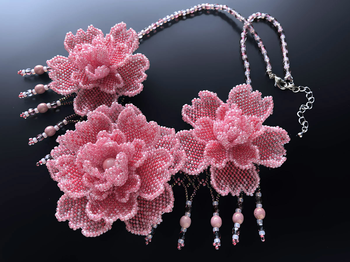 ピンクのお花3輪ボリュームビーズネックレス