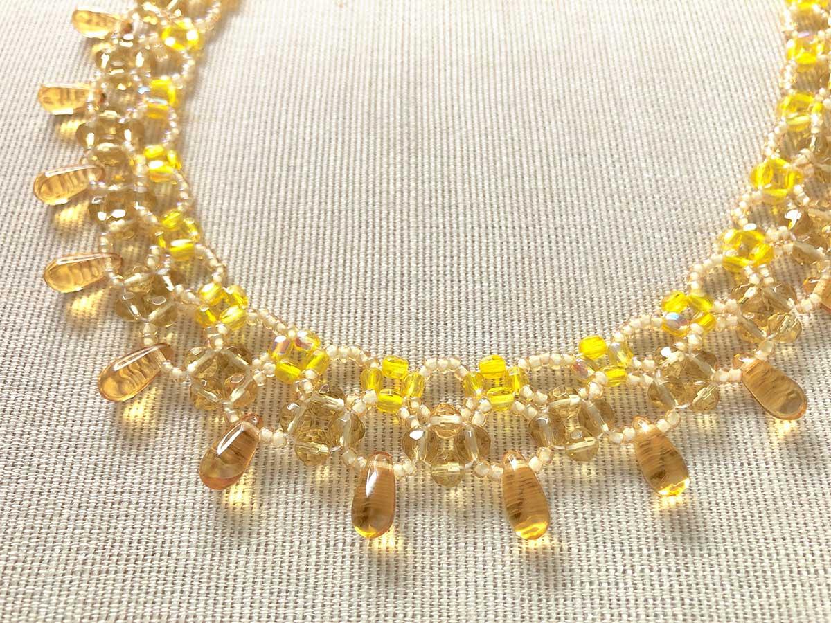 シンプルな黄色いビーズネックレス